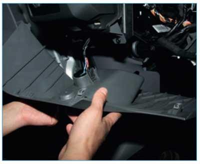 Ford Focus II. Снятие блока управления отопления, вентиляцией, кондиционированием. Снятие вентилятора и регулятора скорости вращения электродвигателя вентилятора отопителя